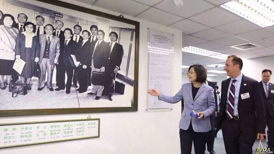 Reince Priebus (right, then RNC Chairman and now named as Trump's chief of staff ) met with Taiwan President Tsai Ingwen in 2015 (Courtesy: Tsai Ingwen Facebook)
