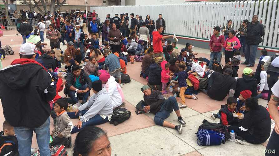 About 150 migrants spent the night outside El Chaparral gate in Tijuana, Mexico. (Photo: A. Martinez / VOA)