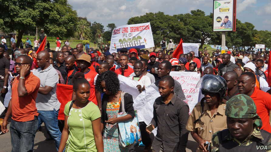 Protesters march along Kamuzu Highway in Blantyre, Malawi, April 27, 2018.