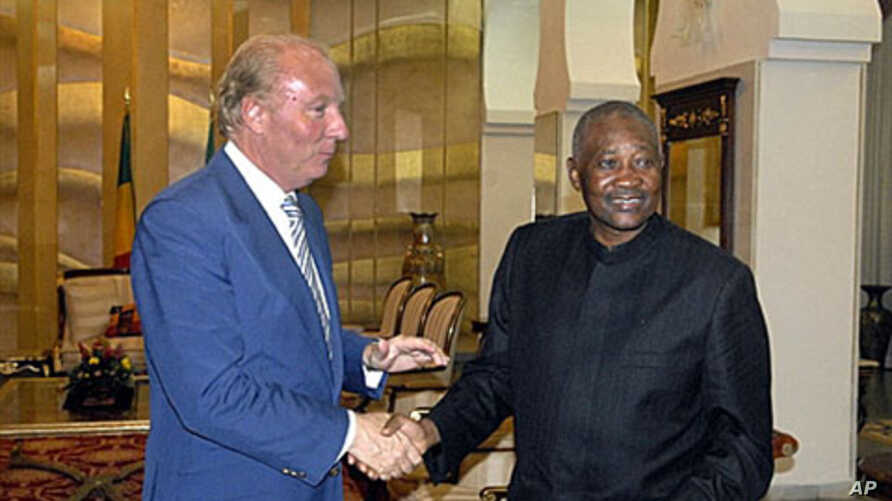 Malian President Amadou Toumani Toure (right) greets French Interior Minister Brice Hortefeux at the presidential palace in Bamako, 22 Sep 2010