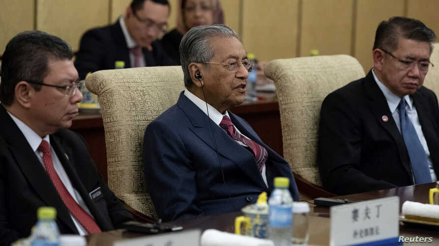 Malaysian Prime Minister Mahathir Mohamad (C) speaks to Chinese President Xi Jinping (not pictured) during their meeting at Diaoyutai State Guesthouse in Beijing, China, 20 Aug. 2018.