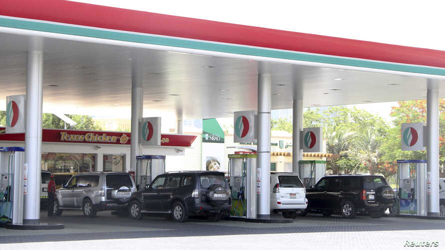 Cars queue for petrol at a gas station in Dubai, UAE, June 11, 2012.