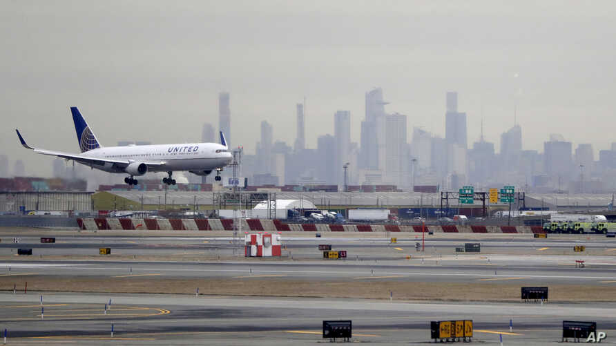 A United Airlines jet prepares to land at Newark Liberty International Airport a day after a temporary grounding of aircraft was placed after reports of drones in the flight path in Newark, N.J., Jan. 23, 2019.