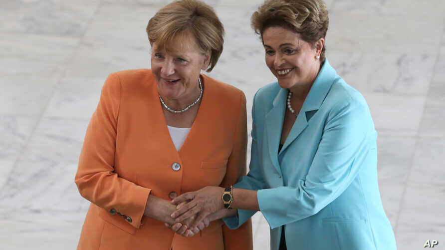 German Chancellor Angela Merkel (L) and Brazil's President Dilma Rousseff pose for photos at the Planalto Presidential Palace, in Brasilia, Brazil, Aug. 20, 2015.