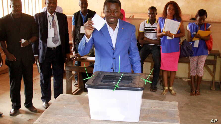 Incumbent presidential candidate Faure Gnassingbe casts his ballot in Lome April 25, 2015. Togo began voting on Saturday in an election expected to give Gnassingbe a third term in power.