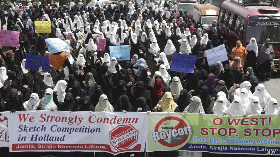 Pakistani religious students rally to condemn the planned - and canceled - anti-Islam cartoon contest, in Lahore, Pakistan, Aug. 31, 2018.