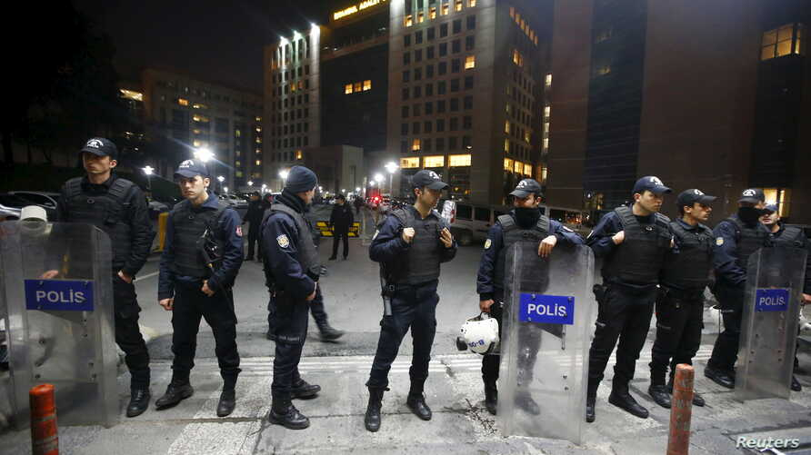 Turkish riot police stand guard in front of the Justice Palace in Istanbul March 31, 2015. Turkish prosecutor Mehmet Selim Kiraz died during surgery for gunshot wounds. Two members of a banned leftist group, the Revolutionary People's Liberation Part