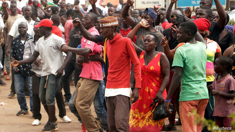 Supporters of Ugandan musician turned politician, Robert Kyagulanyi also known as Bobi Wine chant slogans outside his home after he arrived from the U.S. in Kampala, Sept.  20, 2018.