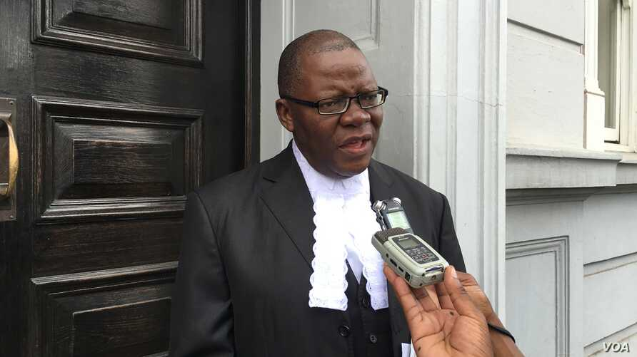 CAPTION: Human rights lawyer, former Zimbabwe finance minister Tendai Biti, addressing journalists outside court. He says after he wants the death penalty completely outlawed in Zimbabwe,  20 Jan.  2016. (Sebastian Mhofu/VOA)