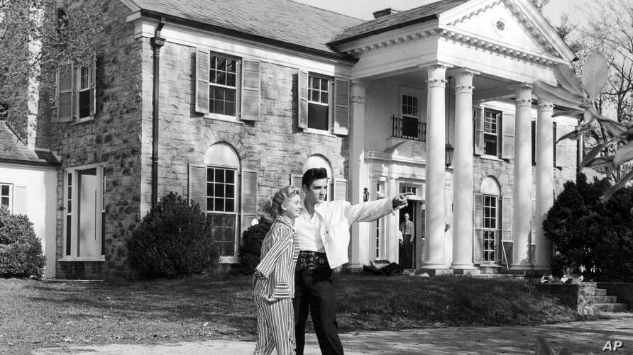 Elvis Presley with his girlfriend Yvonne Lime at his home Graceland in Memphis, Tennessee around 1957.