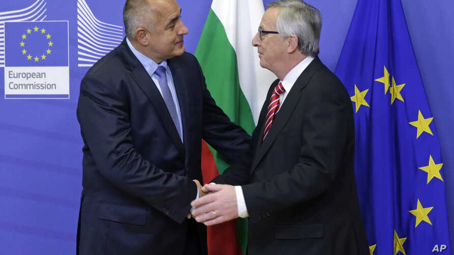 European Commission President Jean-Claude Juncker (r) welcomes Bulgarian Prime Minister Boyko Borisov at the European Commission headquarters in Brussels, Dec. 4, 2014.