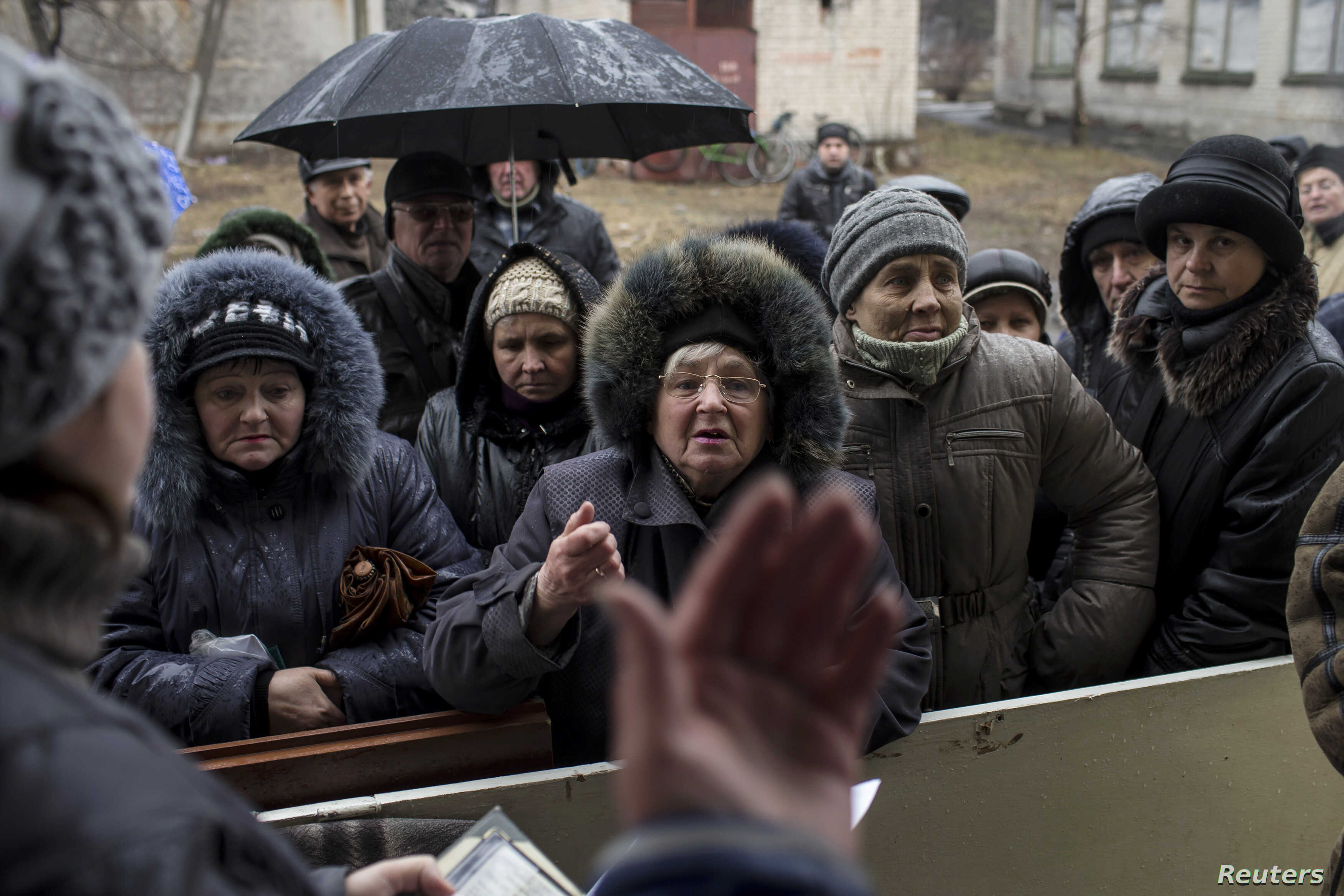 People queue to receive humatarian aid in the town of Debaltseve, north-east from Donetsk, March 13, 2015. REUTERS/Marko Djurica (UKRAINE - Tags: CIVIL UNREST CONFLICT) - RTR4T87G