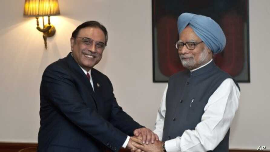 Indian Prime Minister Manmohan Singh (R) shakes hands with Pakistan President Asif Ali Zardari during a meeting in New Delhi, April 8, 2012.