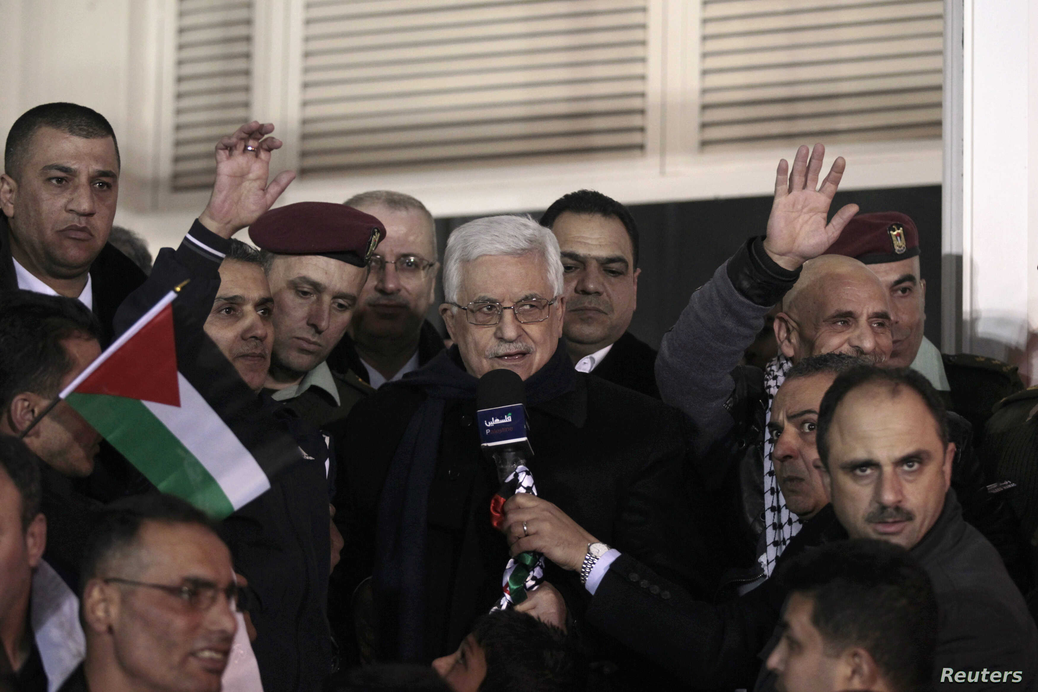 Palestinian President Mahmoud Abbas (C) speaks as he welcomes Palestinian prisoners released by Israel, in the West Bank city of Ramallah, Dec. 31, 2013.