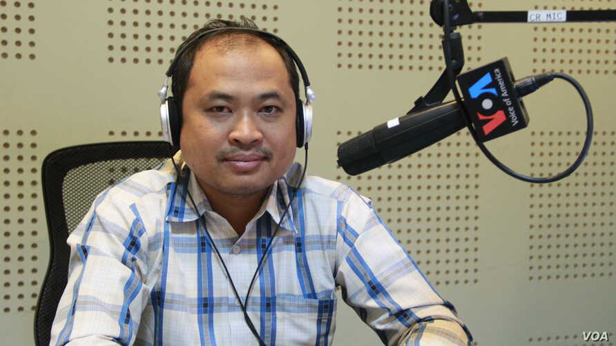 """Kim Sok, political and social development observer, discusses """"Political Development in Cambodia: One Year After U.S. Senators' Letter to Prime Minister Hun Sen"""" during Hello VOA call-in show on Monday, February 13, 2017. (Lim Sothy/VOA Khmer)"""