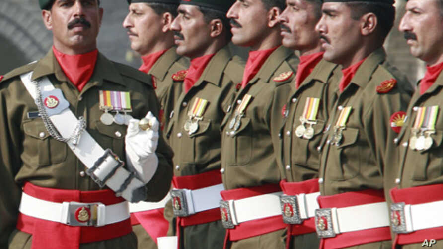 A Pakistani honor guard stands at attention at military headquarters in Rawalpindi, Pakistan, November 27, 2007. (file photo)
