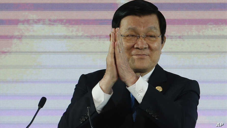 Vietnam's President Truong Tan Sang applauds during the Asia-Pacific Economic Cooperation (APEC) CEO summit in Manila, Philippines, Nov. 17, 2015.