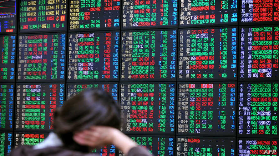 An investor monitors the stock market at a securities brokerage in Taipei, Apr. 16, 2013.