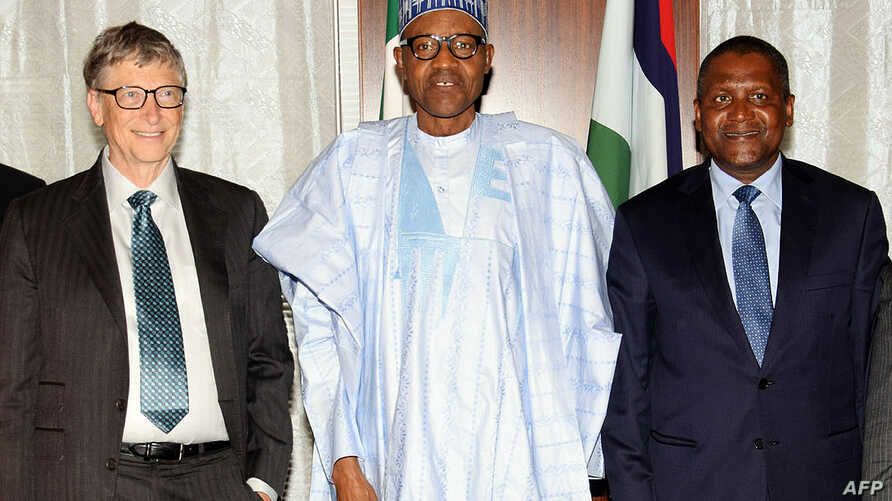 Nigerian President Mohammadu Buhari (C) poses with tech billionaire Bill Gate (L) and Africa's richest man Aliko Dangote, after signing an MOU to the commitment of the Abuja Agreement on Polio Eradication in Abuja, Jan. 20, 2016.