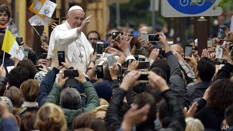 Pope Francis waves as he leaves after celebrating a Mass in Piazza Martiri Square, in Carpi, northern Italy, for a one-day pastoral visit to Carpi and Mirandola, April 2, 2017.