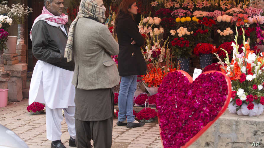 People buy flowers to celebrate Valentine's Day in Islamabad, Pakistan, Feb. 14, 2018. Pakistan's media regulatory authority, acting on a court order, has instructed all news channels, radio stations and print media to refrain from promoting Valentin