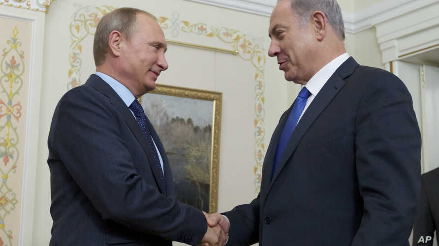 Russian President Vladimir Putin shakes hands with Israeli Prime Minister Benjamin Netanyahu, right, during their meeting in the Novo-Ogaryovo residence, outside Moscow, Sept. 21, 2015.