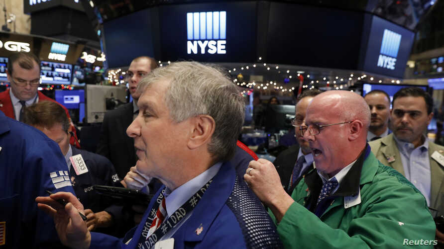 Traders work on the floor of the New York Stock Exchange shortly before the closing bell in New York, Jan. 6, 2017.