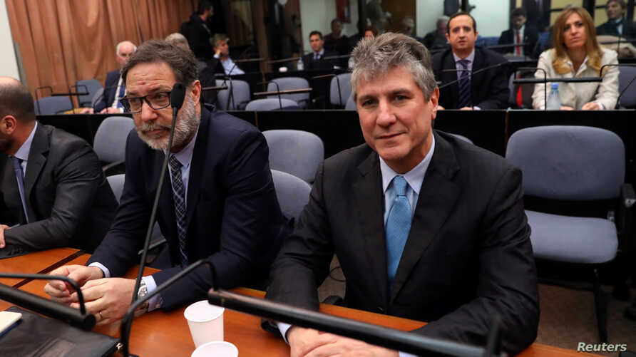 Former Argentine Vice President Amado Boudou (R) attends the sentence hearing on his trial for corruption charges in Buenos Aires, Argentina, Aug. 7, 2018.