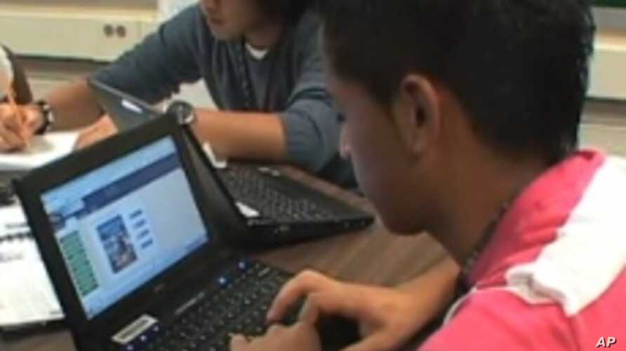Students in Fairfax County, Virginia, use their online textbooks in class.