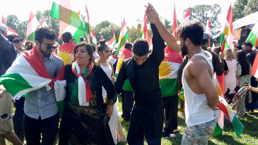 A group of Kurds dance in a show of solidarity with Iraqi Kurds who on Sept. 25 will be voting in an independence referendum in Iraqi Kurdistan, in Washington, D.C., Sept. 17, 2017. (P. Vohra/VOA)