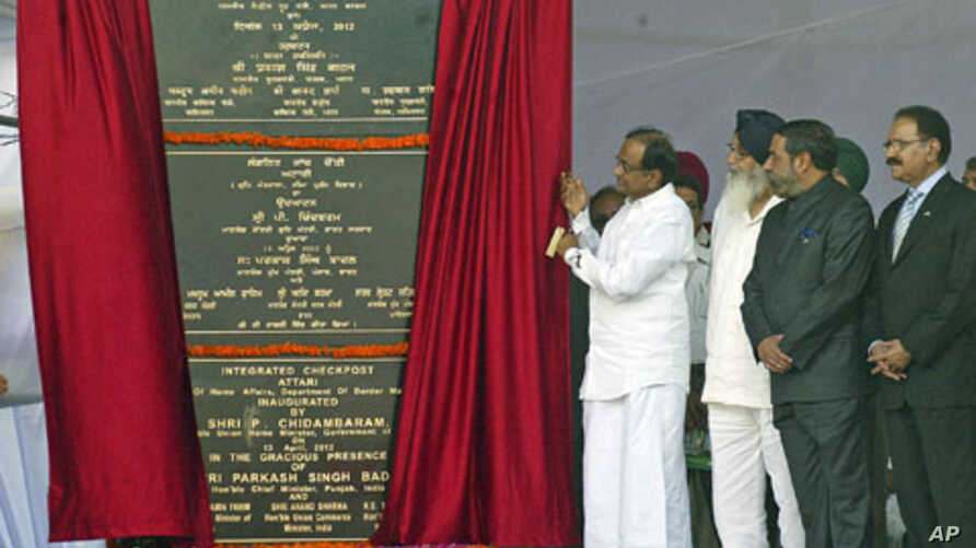 India's Home Minister Palaniappan Chidambaram (C) unveils a plaque with India's Trade Minister Anand Sharma (2nd R), his Pakistan counterpart Makhdoom Amin Fahim (R) and Punjab's Chief Minister Parkash Singh Badal (3rd R) during the inauguration of t