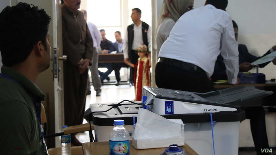 Iraq uses new electronic ballot boxes and voter cards to prevent fraud in their first elections since IS was defeated, Irbil, Kurdistan Region, Iraq on May 12, 2018. (H.Murdock/VOA)