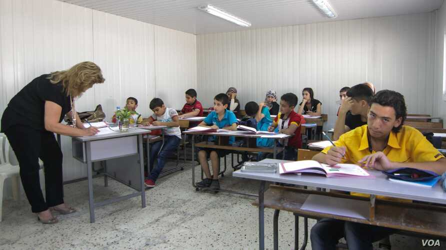 Syrian refugees attend an out-of-term catch-up program designed to help them better integrate into the Lebanese education system, Beirut, Lebanon, Sept. 17, 2015. (VOA / J. Owens)