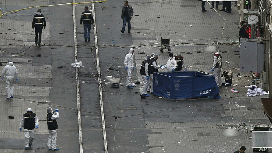 Security and forensic officials work at the explosion site in Istanbul, March 19, 2016. A suicide attack on Istanbul's main pedestrian shopping street Saturday killed a number of people and injured over a dozen others.