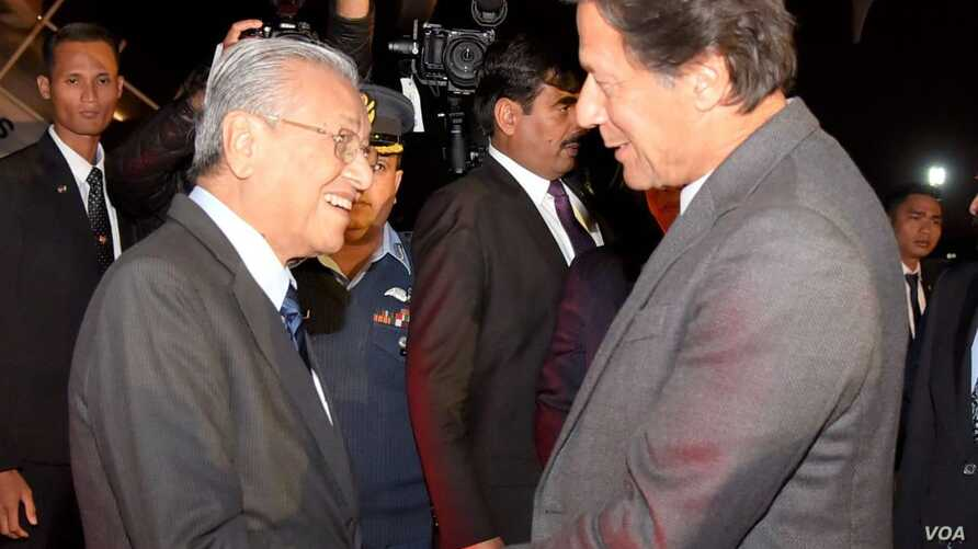 Malaysian Prime Minister Mahathir Mohamad and Pakistani Prime Minister Imran Khan are pictured at the airport near Islamabad, March 21, 2019. Mohamad is on an official three-day visit, where his delegation is expected to finalize investment deals. (P