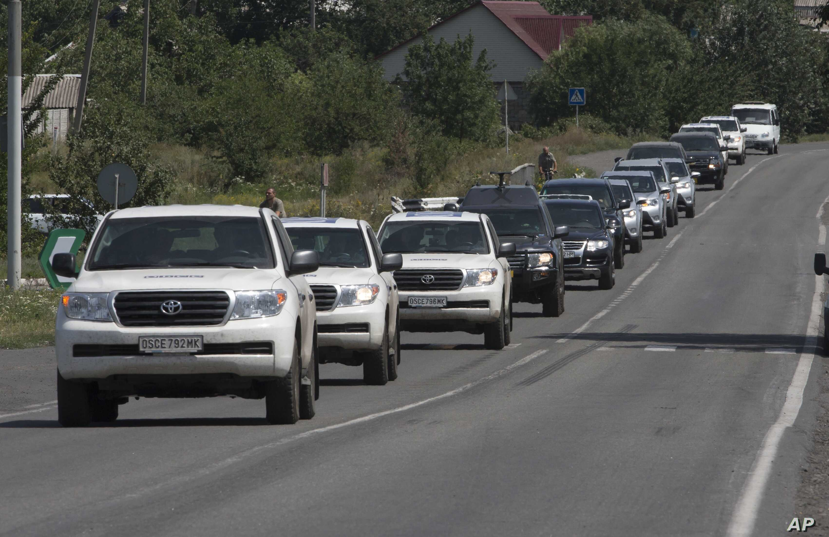 A convoy of International forensic experts, Dutch and Australian policemen and members of the OSCE mission in Ukraine approach Shakhtarsk, Donetsk region, eastern Ukraine, July 28, 2014.