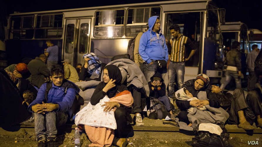 A crowd waiting for the train at Röszke station, September 14, 2015. (VOA/A. Tanzeem)
