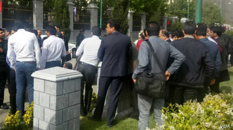 Around 100 Iranian civil servants from an agricultural fund providing insurance to farmers stage a protest outside Iran's parliament in Tehran on May 8, 2018, to complain about nonpayment of salaries. (ILNA)
