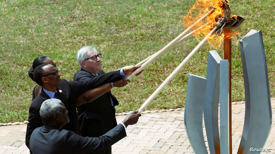 AU Commission Chairperson Moussa Faki Mahamat, Rwandan President Kagame, Jeannette Kagame and EU Commission President Juncker, light the Flame of Hope  at the Genocide Memorial in Gisozi in Kigali, Apr. 7, 2019.