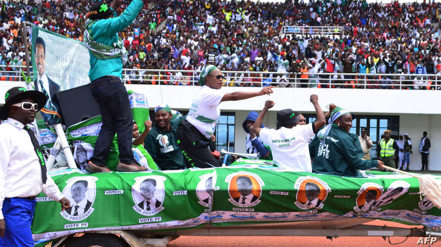 Incumbent Zambian President Edgar Lungu supporters cheer on May 21, 2016 at the Heroes Stadium in Lusaka during the launching of his re-election campaign ahead of polling day on August 11.