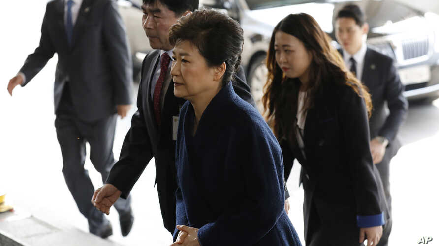 """South Korea's ousted leader Park Geun-hye, foreground, arrives at a prosecutor's office in Seoul, South Korea, March 21, 2017.  Park said she was """"sorry"""" to the people as she arrived Tuesday at a prosecutors' office for questioning over a corruption"""