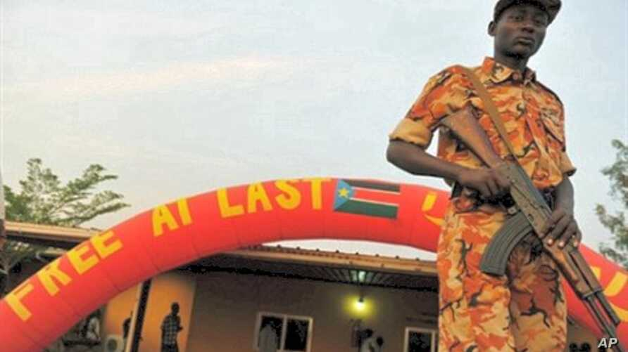 A South Sudanese soldier stands guard outside a cultural center in Juba at the end of a week-long independence vote, 16 Jan 2011.