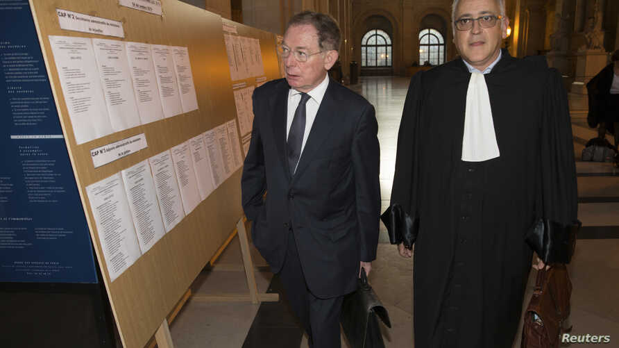 Former EADS co-chief executive Noel Forgeard (L) and lawyer Olivier Gutkes arrive for the start of Airbus insider trading trial at Paris court, Oct. 3, 2014.