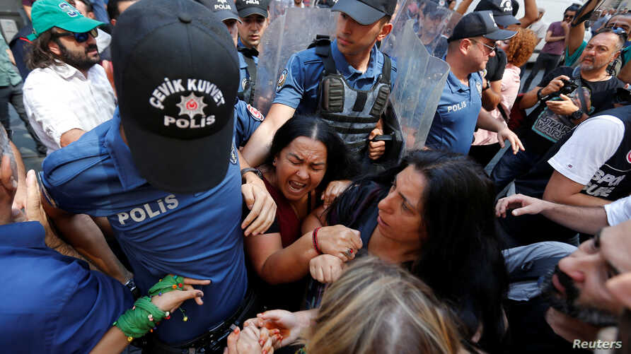 Demonstrators scuffle with police as they prevent Saturday Mothers' 700th gathering, in Istanbul, Aug. 25, 2018.