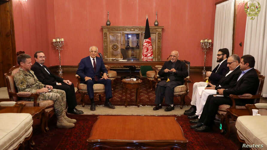 Afghanistan's President Ashraf Ghani, right, and U.S. special envoy for peace in Afghanistan, Zalmay Khalilzad, left, meet in Kabul, Nov.10, 2018.
