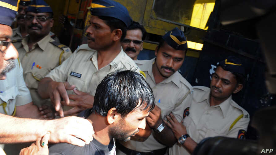 Double gang-rape convict Siraj Rehmat Khan (C) is brought to a police van before taken to court in Mumbai, Apr. 4, 2014.