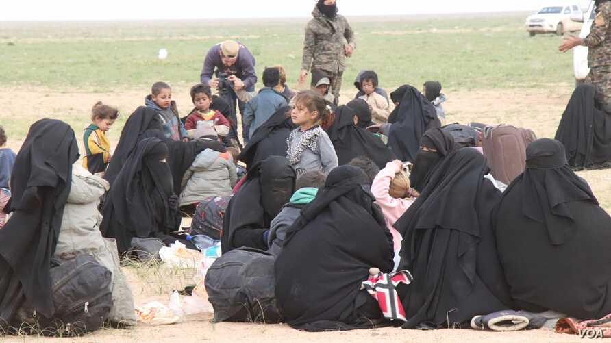 As families evacuate the last enclave of IS fighters in Baghuz, many are sick or injured with nearly 140 people dying in recent weeks, pictured near Baghuz on Feb. 26, 2019. (H.Murdock/VOA)