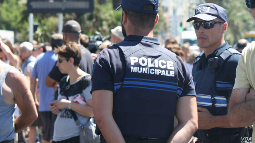 Far right leaders have criticized the government sharply, saying there wasn't enough security at the Bastille Day celebration to protect the people from a terrorist attack in Nice, France, July 16, 2016. (H.Murdock/VOA)