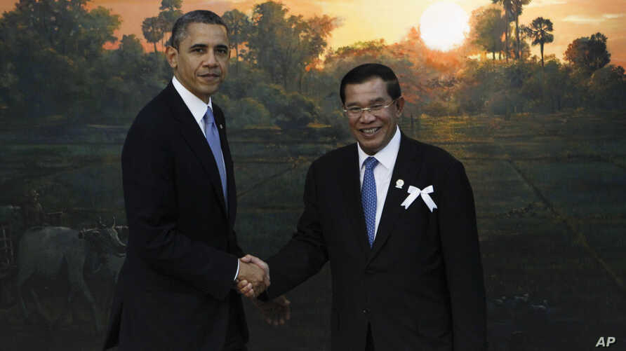 U.S. President Barack Obama, left, poses with Cambodia's Prime Minister Hun Sen for photographers before the ASEAN-U.S. leaders meeting in Phnom Penh, Cambodia, November 19, 2012.