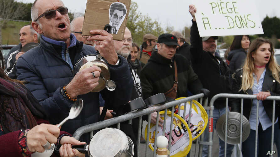 People demonstrate with pans against corruption in Biarritz, southwestern France, before a meeting of the Conservative presidential candidate Francois Fillon, March 24, 2017. French voters won't tolerate corruption in politics anymore, that appears t
